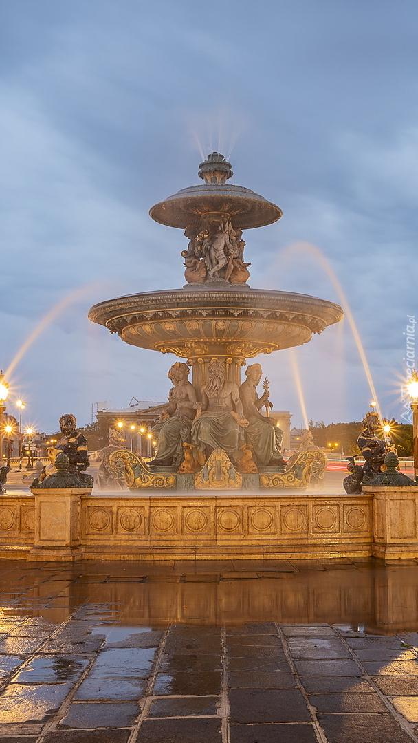 Oświetlona Fontanna Mórz w Paryżu