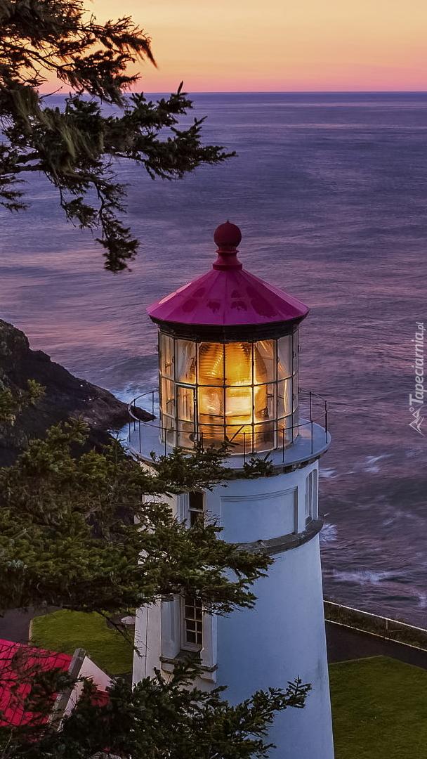 Oświetlona latarnia morska
