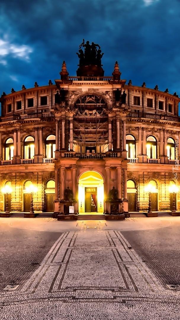 Oświetlona opera w Dreźnie