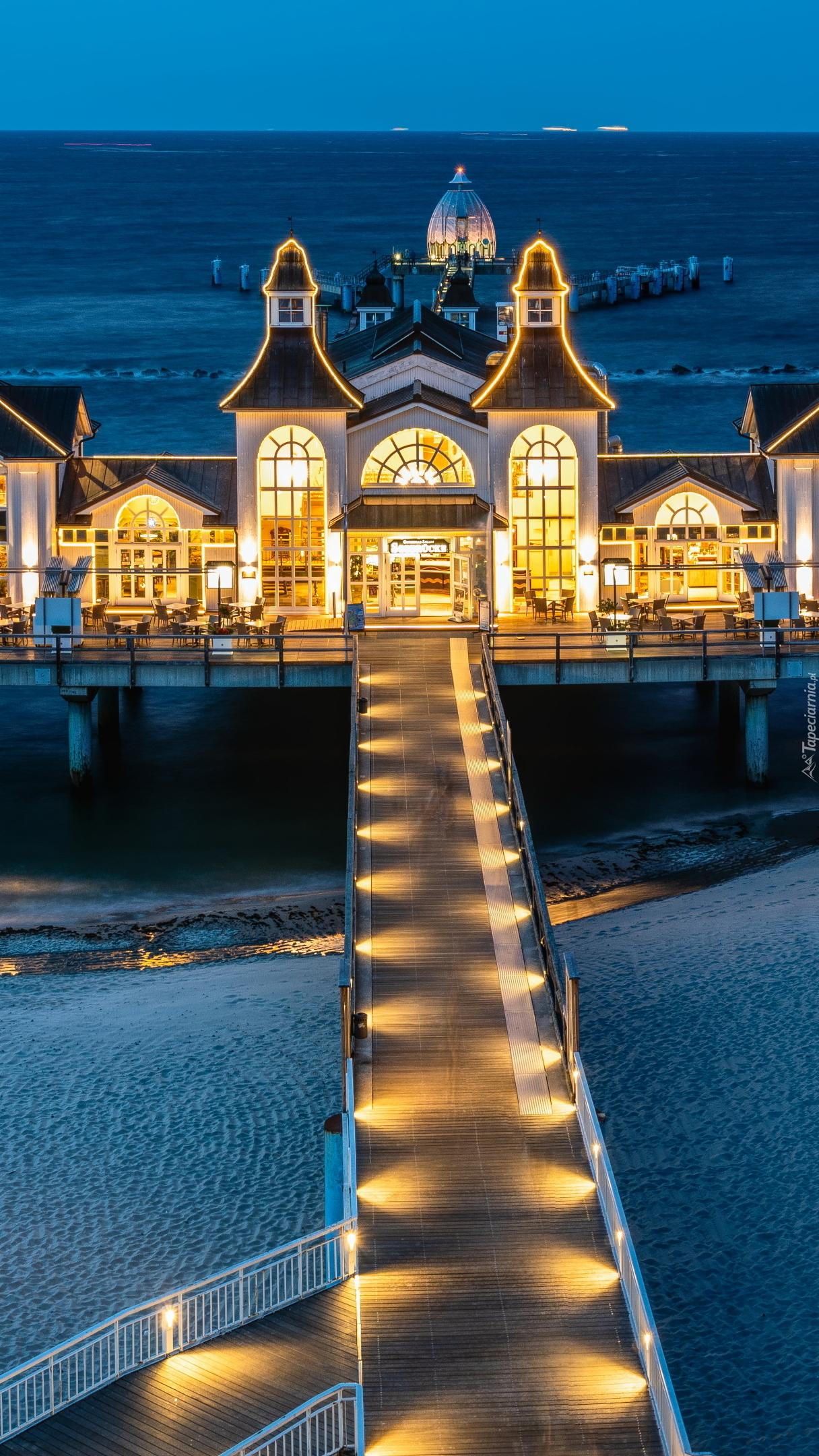 Oświetlona restauracja na molo
