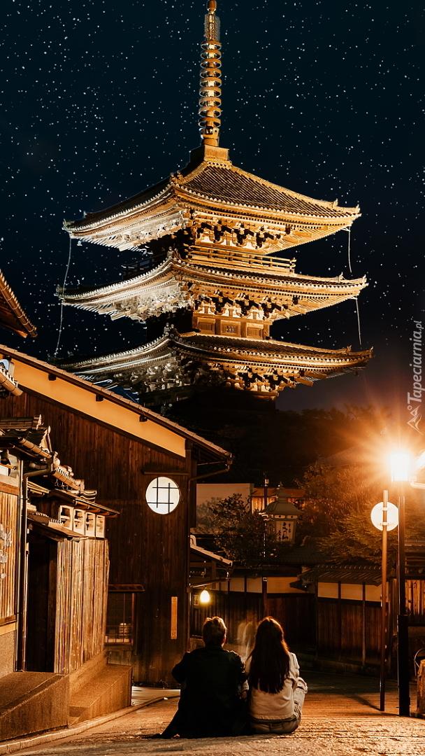 Oświetlona świątynia w Tokio