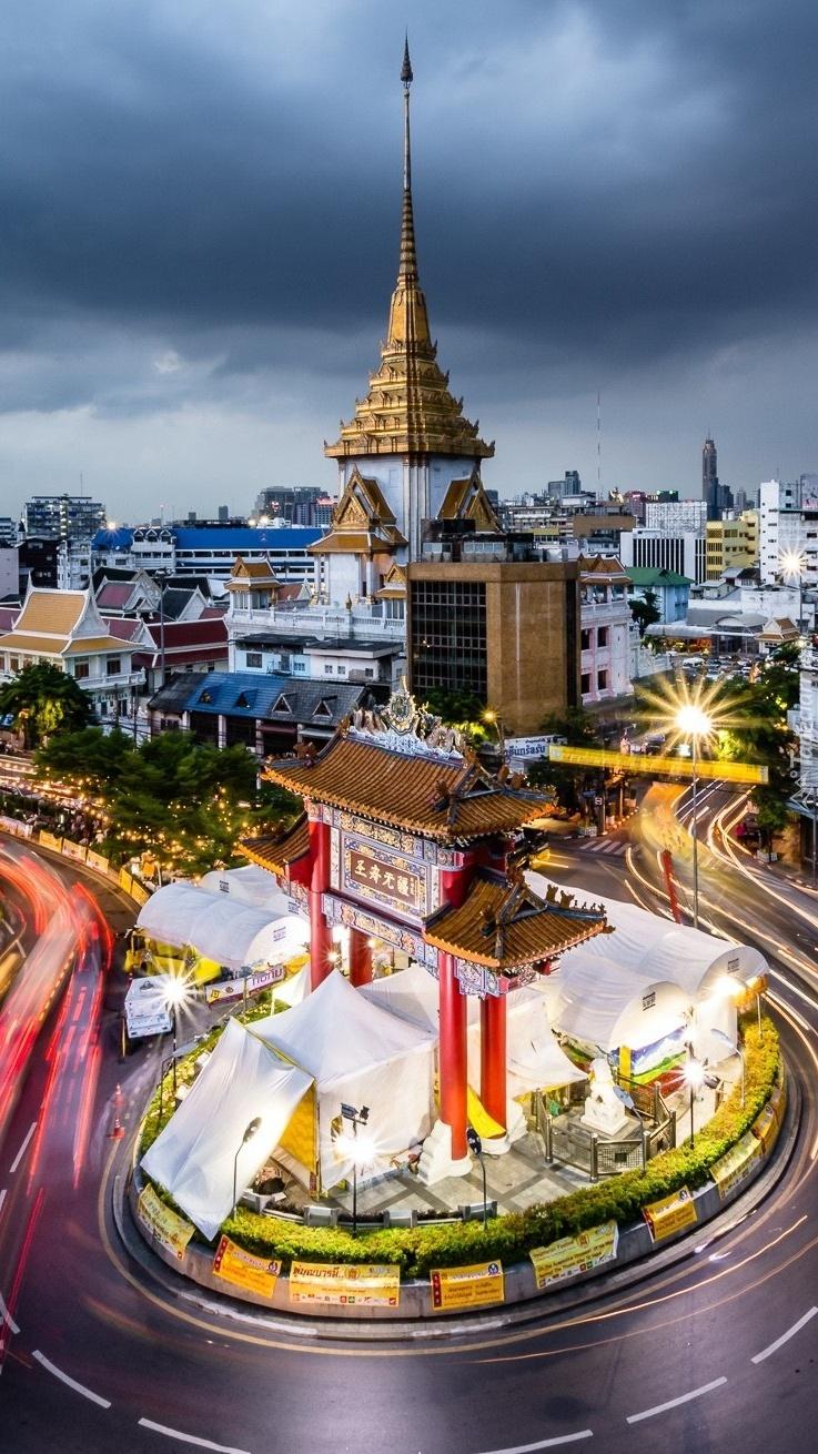 Oświetlona ulica w Bangkoku