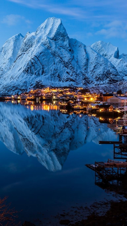 Oświetlona wieś Reine w Norwegii