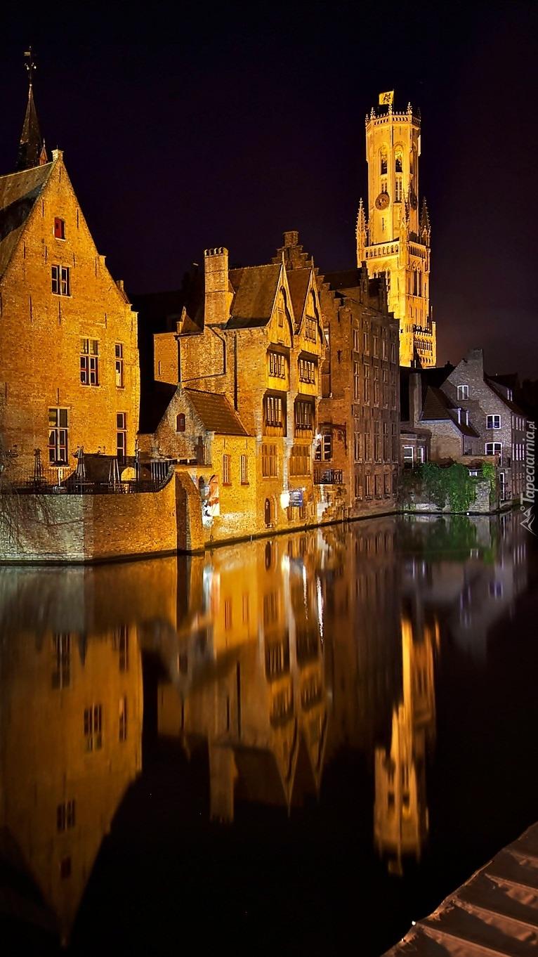 Oświetlone budynki nad kanałem