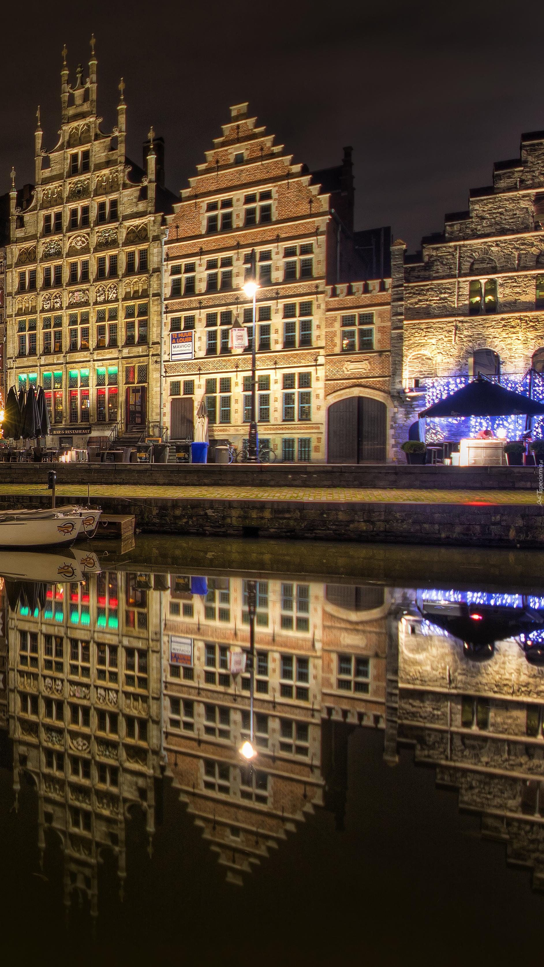 Oświetlone budynki nocą