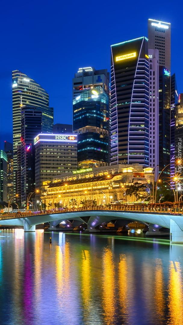 Oswietlone Central Business District w Singapurze