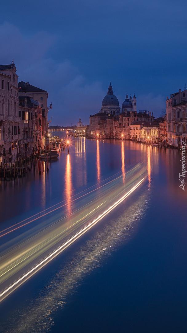 Oświetlone domy nad Canal Grande w Wenecji