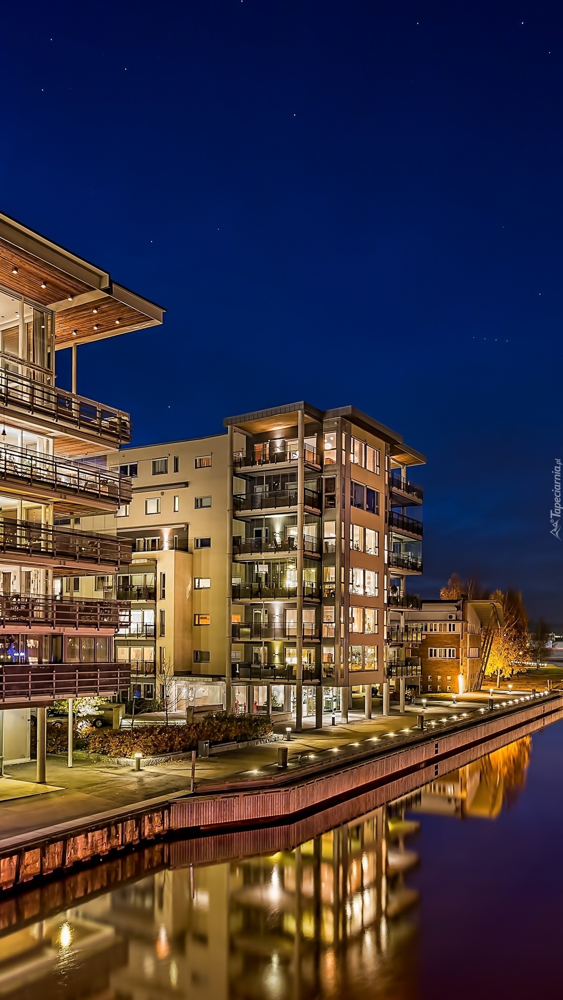 Oświetlone domy nad rzeką