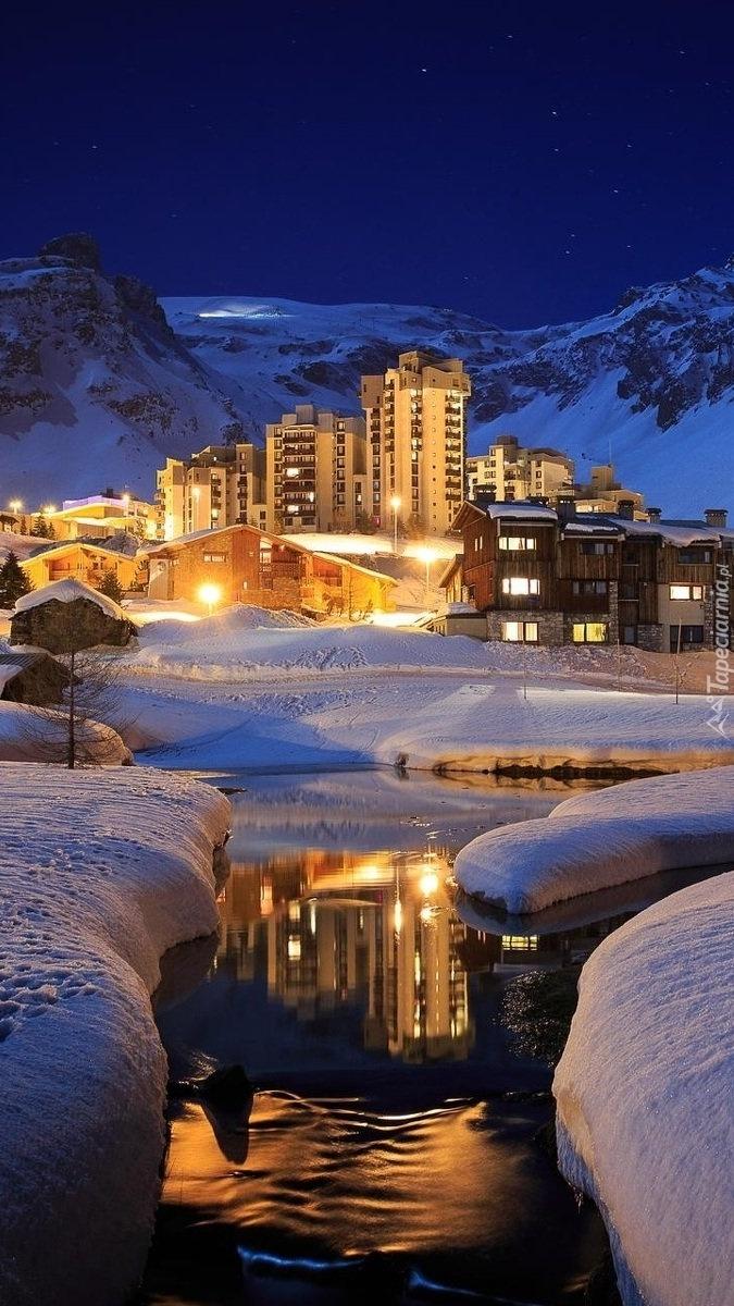 Oświetlone domy w górach nocą