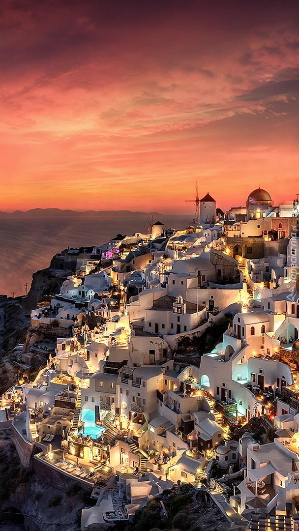 Oświetlone domy w Santorini