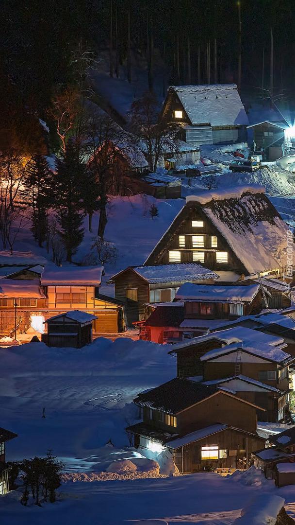 Oświetlone domy we wsi Shirakawa