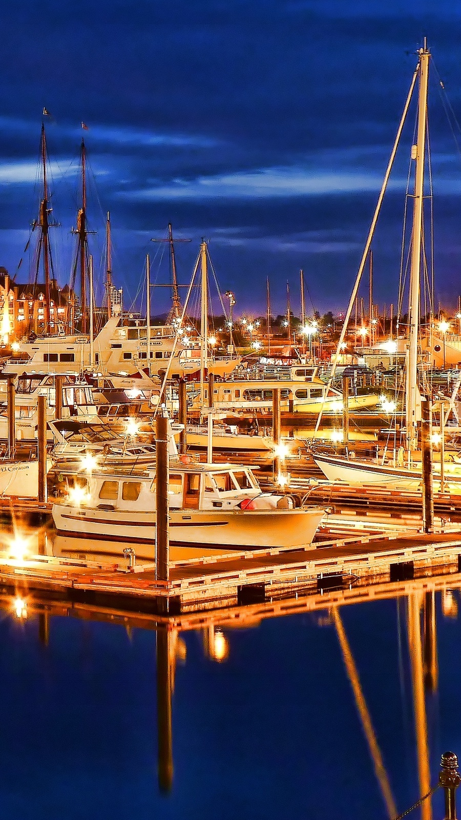 Oświetlone jachty nocą