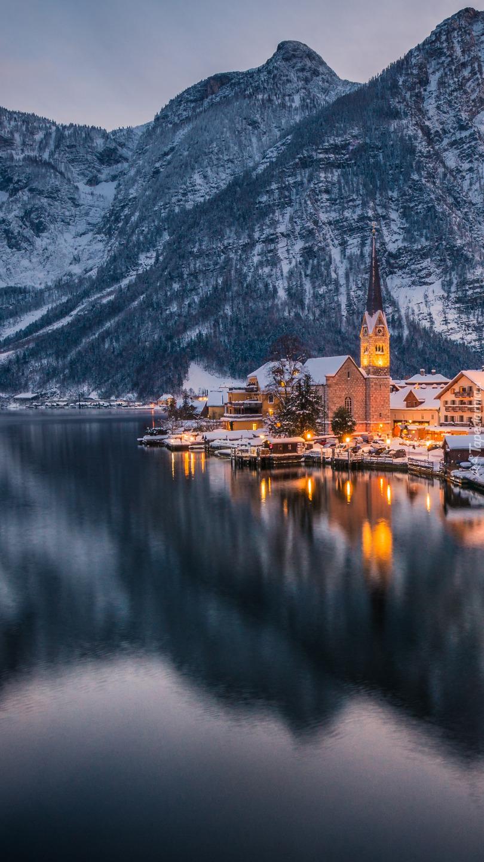 Oświetlone miasteczko Hallstatt zimą
