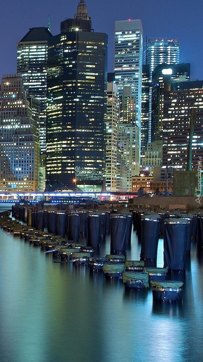 Oświetlone miasto nad rzeką