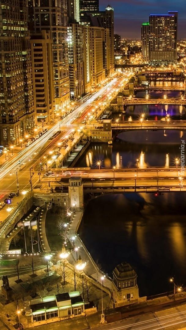 Oświetlone miasto nocą