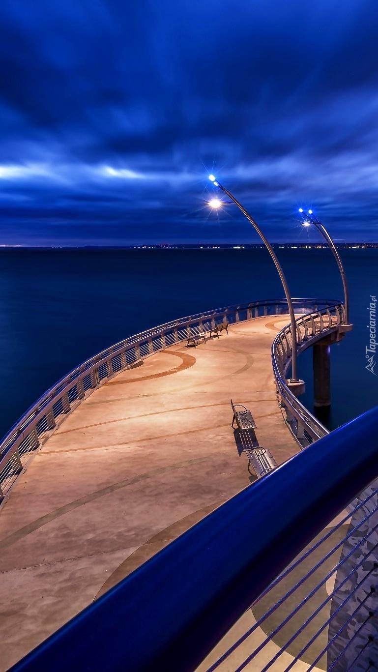 Oświetlone molo nad morzem