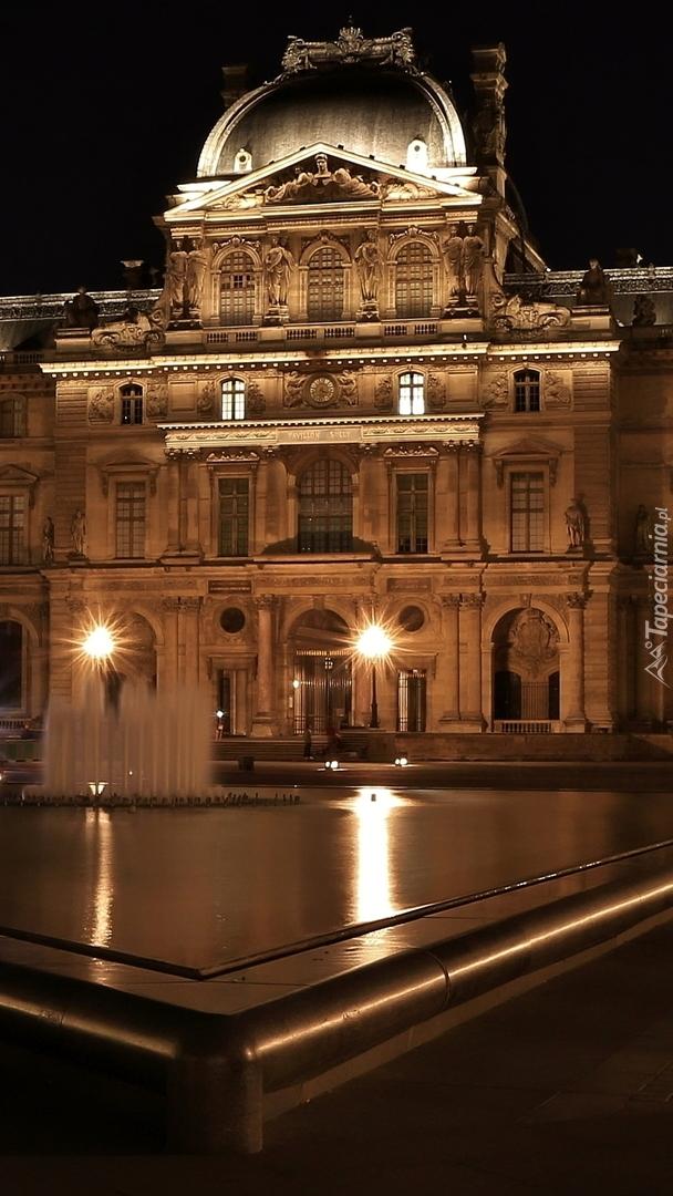 Oświetlone Muzeum Sztuki w Luwrze