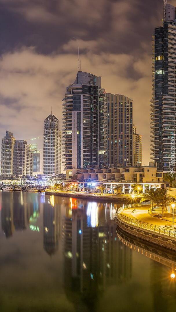 Oświetlone wieżowce w Dubaju