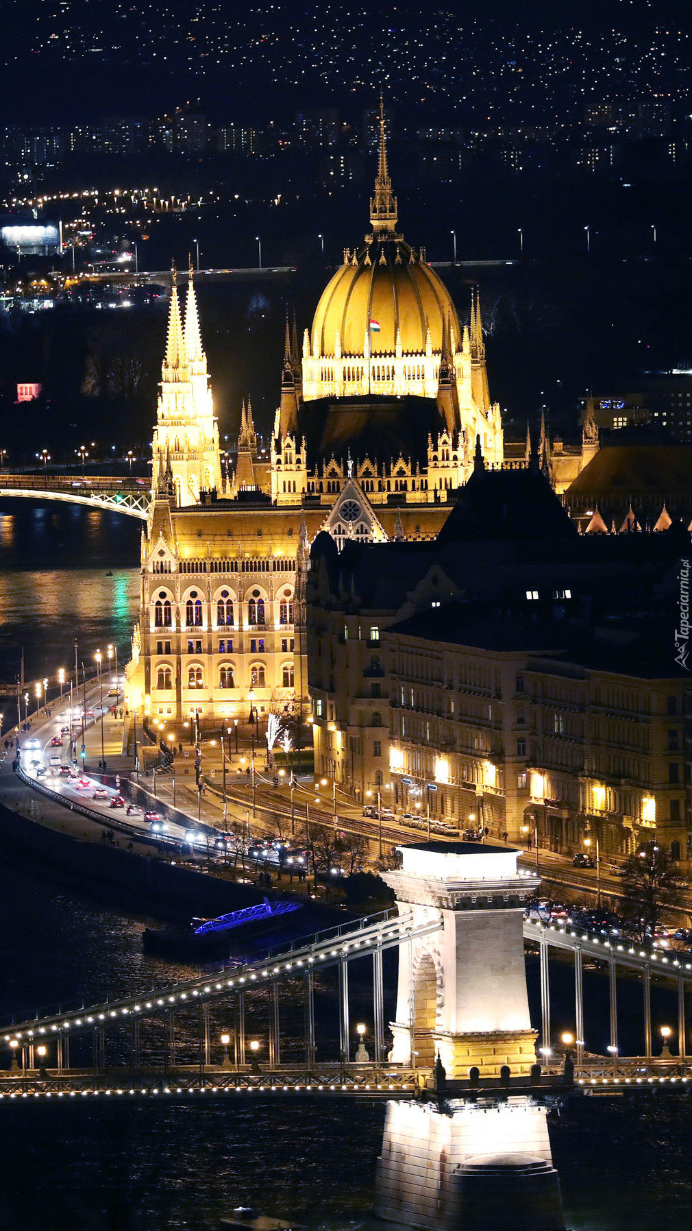 Oświetlony budynek Parlamentu w Budapeszcie