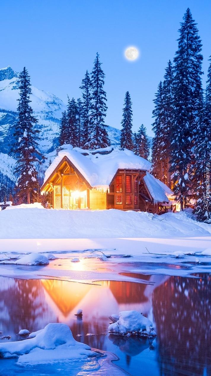 Oświetlony dom nad jeziorem Emerald Lake