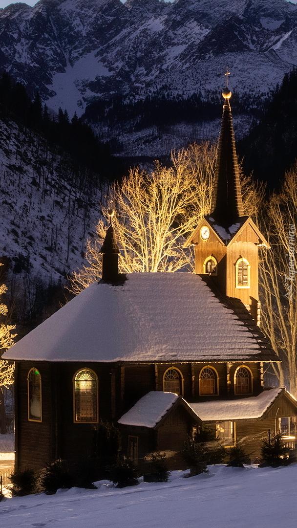 Oświetlony kościół w Jaworzynie Tatrzańskiej
