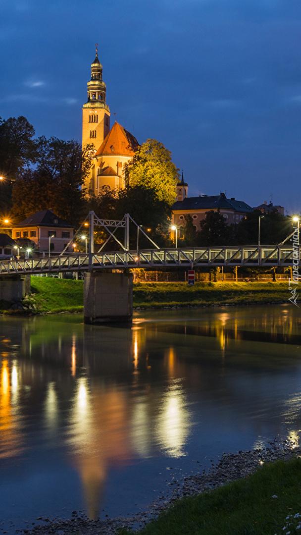 Oświetlony kościół w Salzburgu