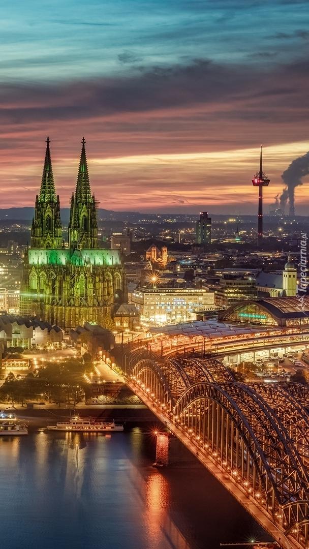 Oświetlony most Hohenzollernów i katedra w Kolonii