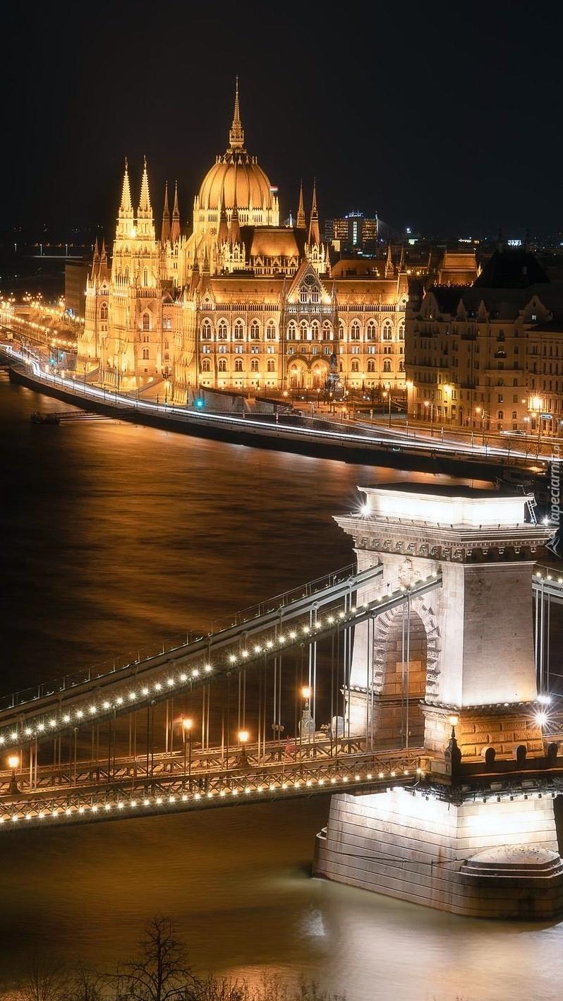 Oświetlony most i Parlament w Budapeszcie