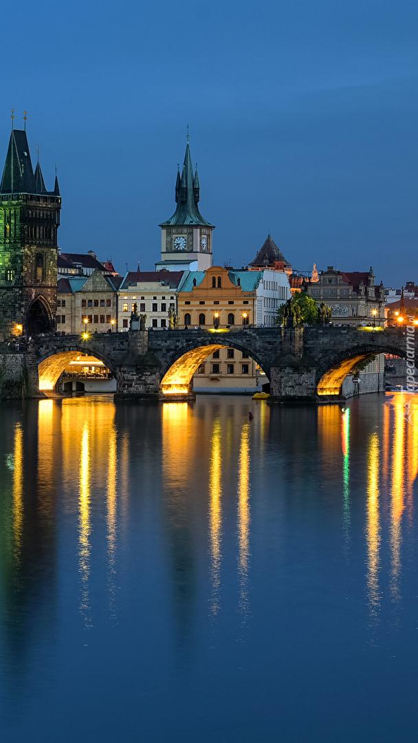 Oświetlony most Karola w Pradze
