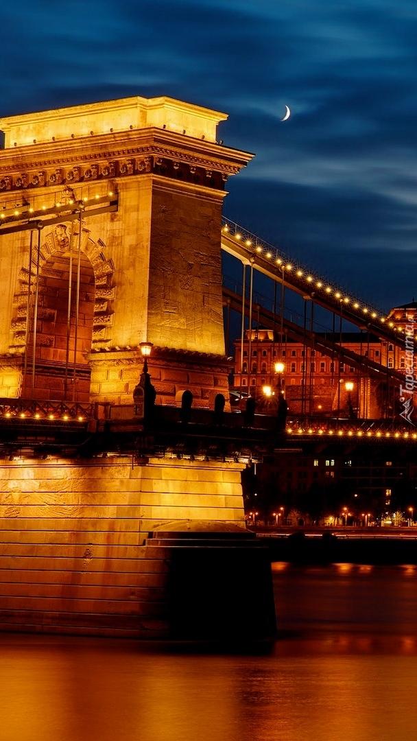 Oświetlony Most Łańcuchowy w Budapeszcie
