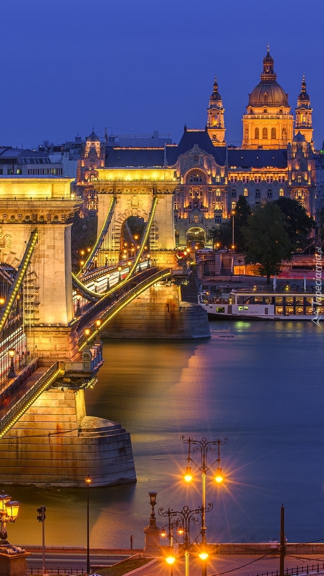 Oświetlony most nad Dunajem w Budapeszcie