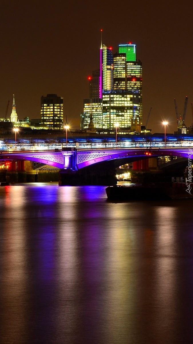 Oświetlony most nad Tamizą w Londynie