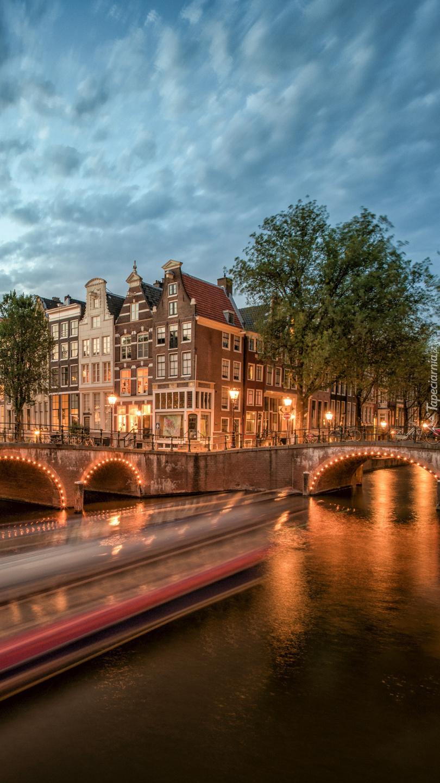 Oświetlony most w Amsterdamie