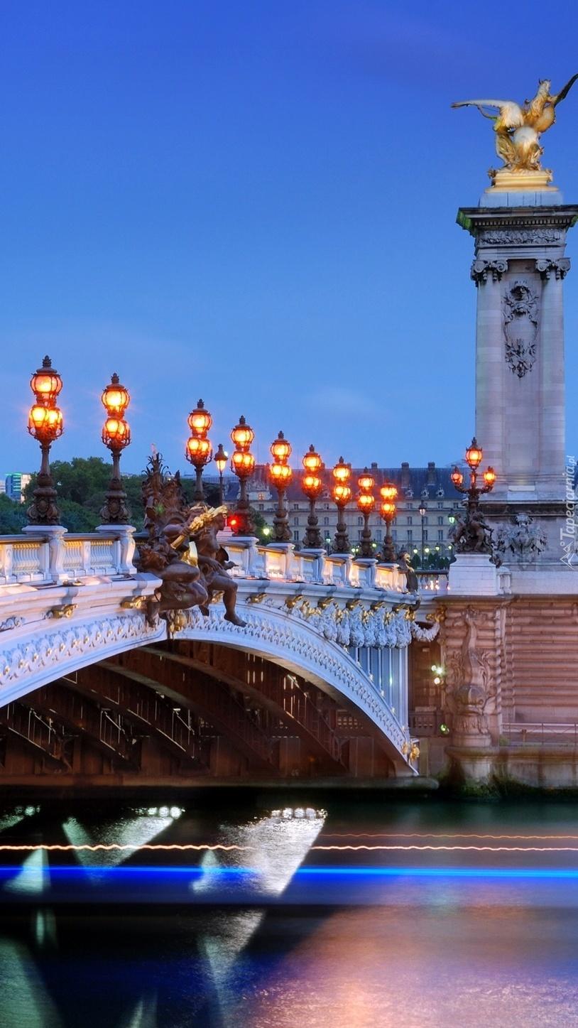 Oświetlony most w Paryżu