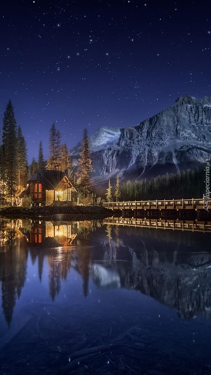 Oświetlony nocą dom nad jeziorem Emerald Lake