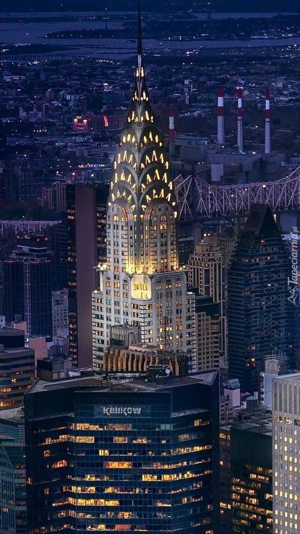 Oświetlony wieżowiec na Manhattanie