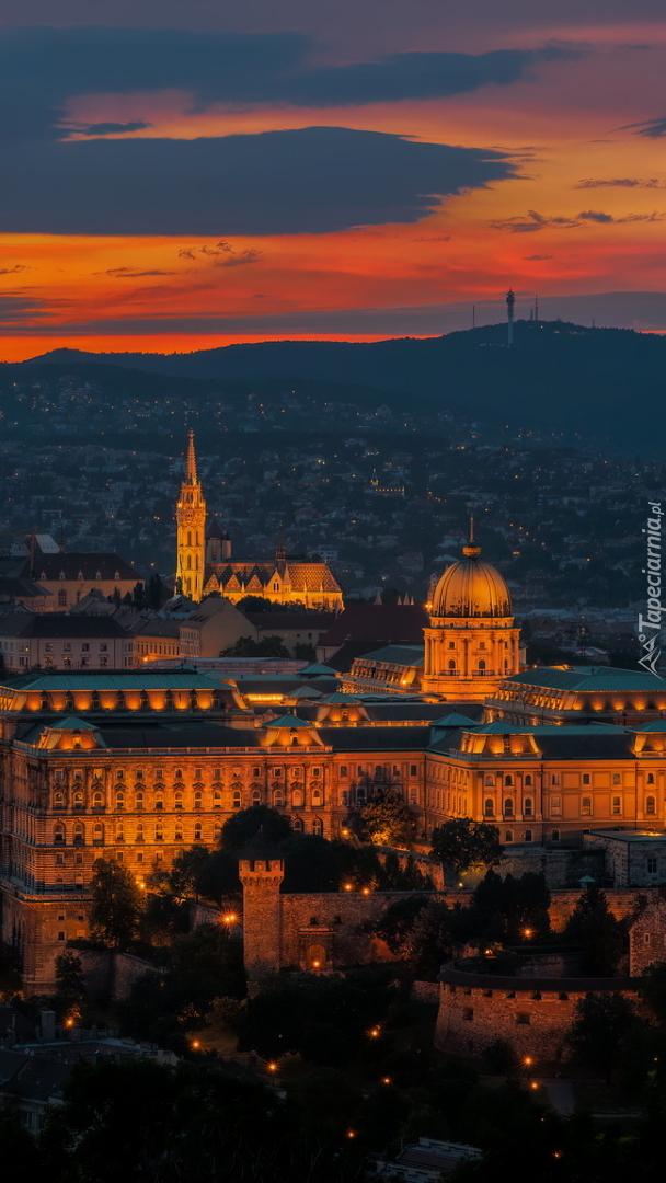 Oświetlony Zamek Królewski w Budapeszcie