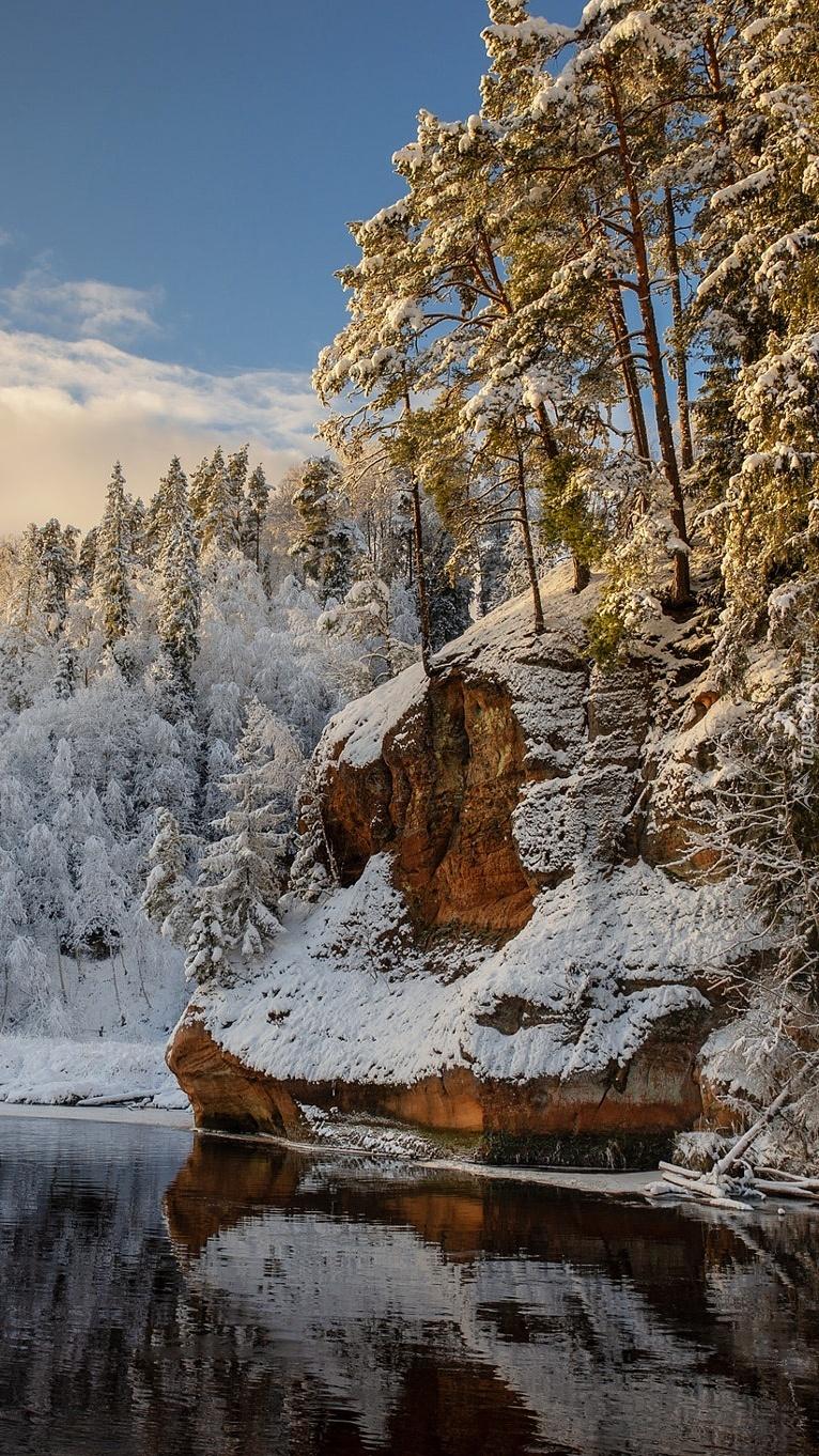 Oszronione drzewa i skały nad rzeką