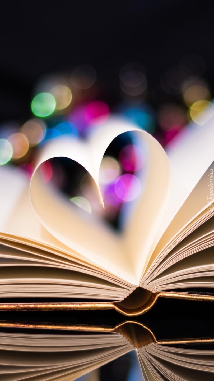 Otwarta książka z kartkami w kształcie  serca