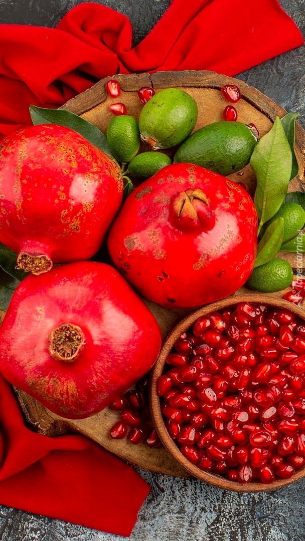 Owoce granatu i miseczka ziaren