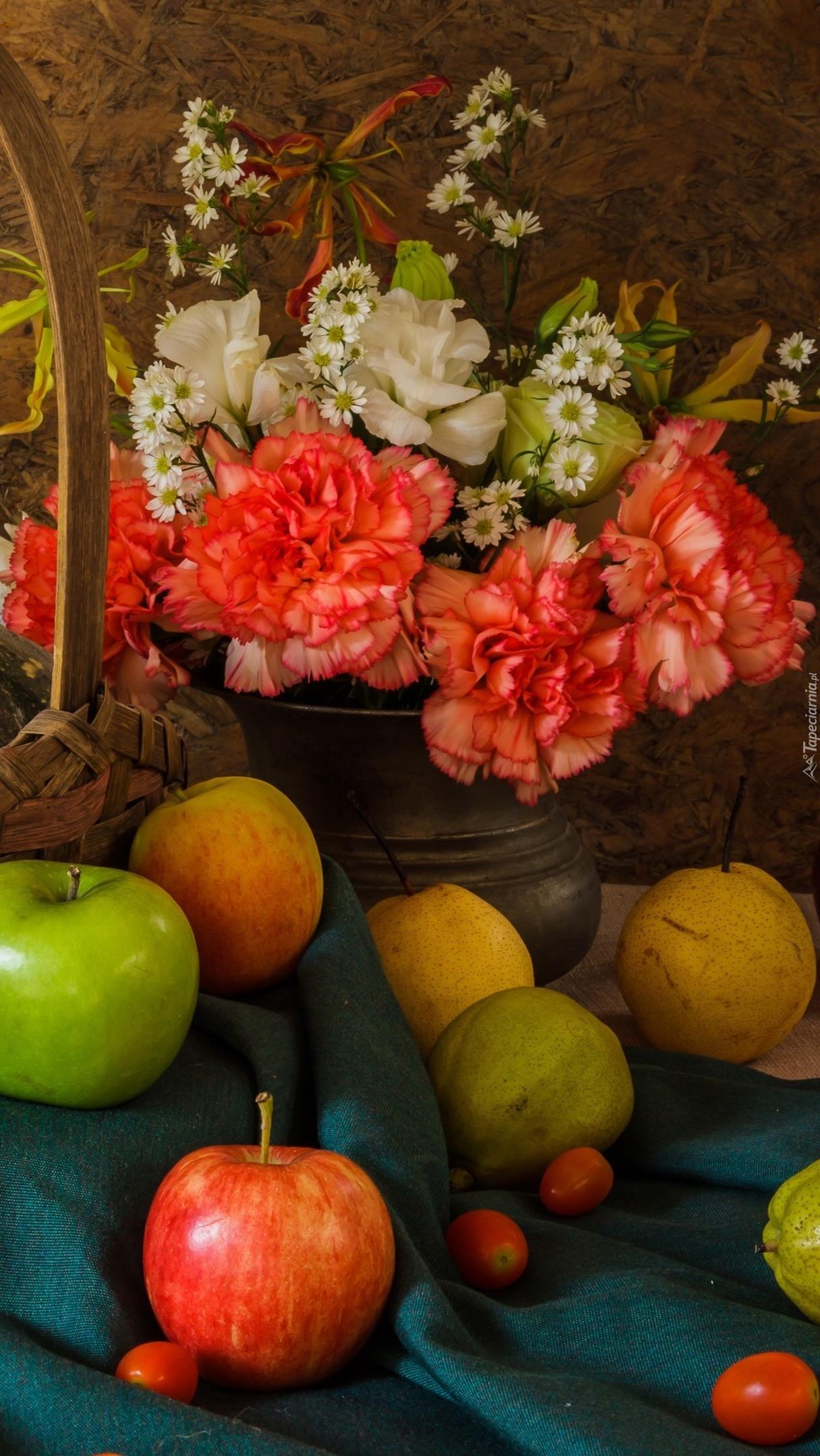 Owoce i bukiet kwiatów