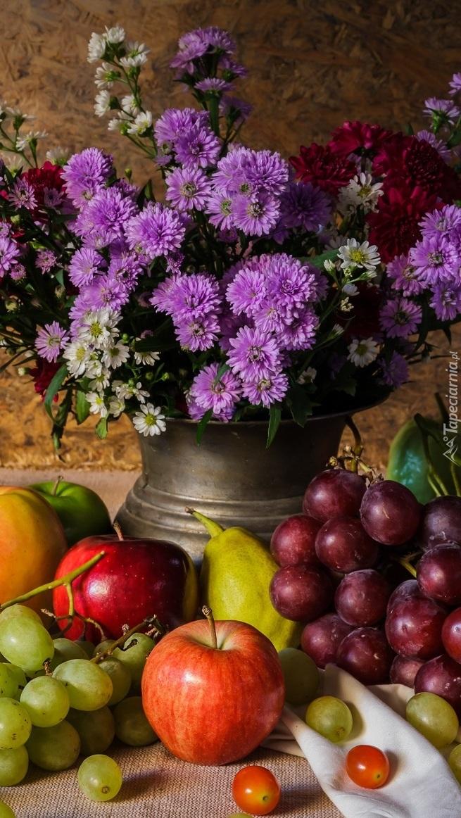 Owoce przy wazonie z astrami
