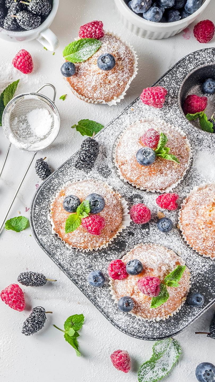 Owocowe muffinki posypane cukrem pudrem