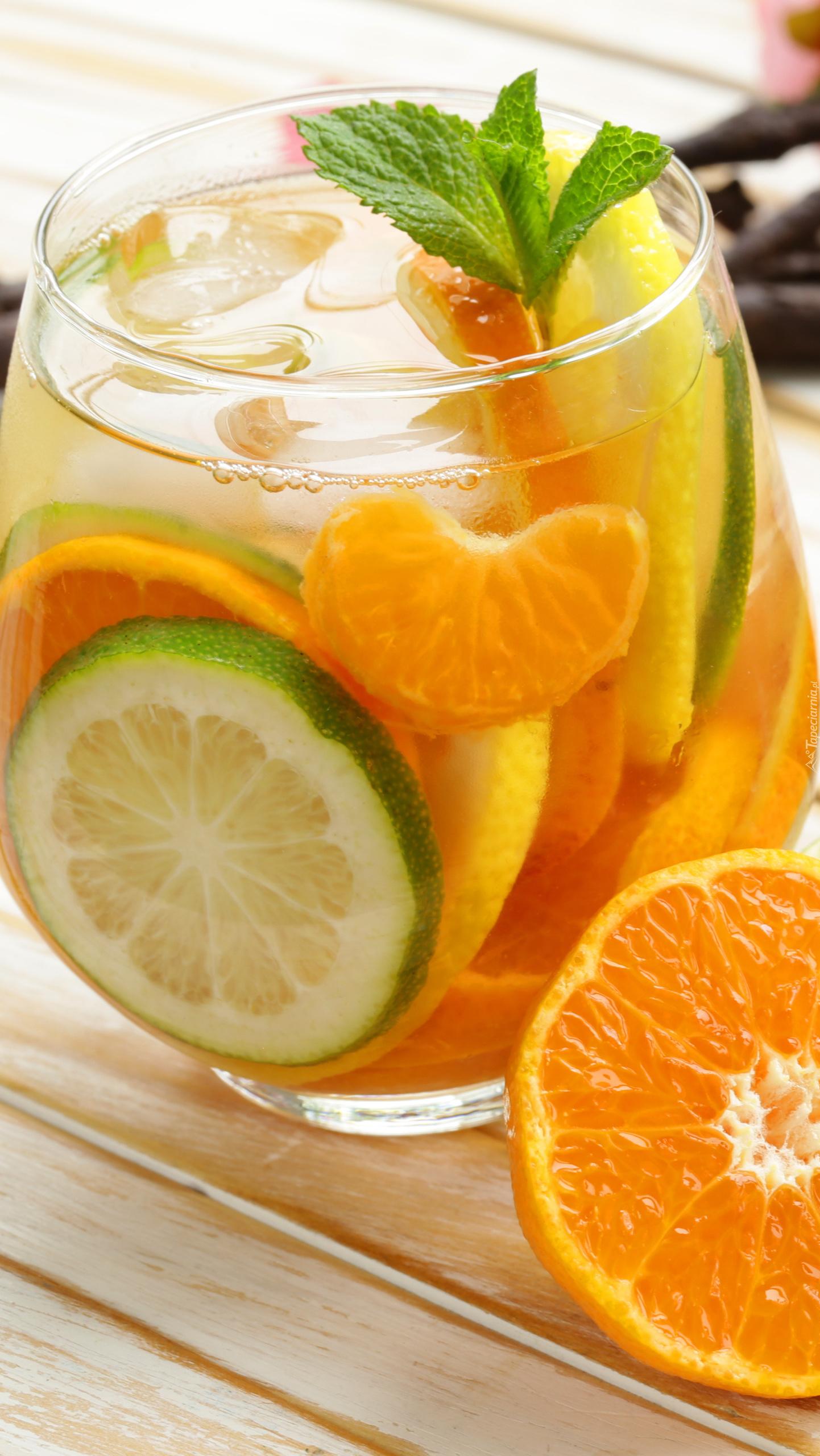 Owocowy napój z listkiem mięty
