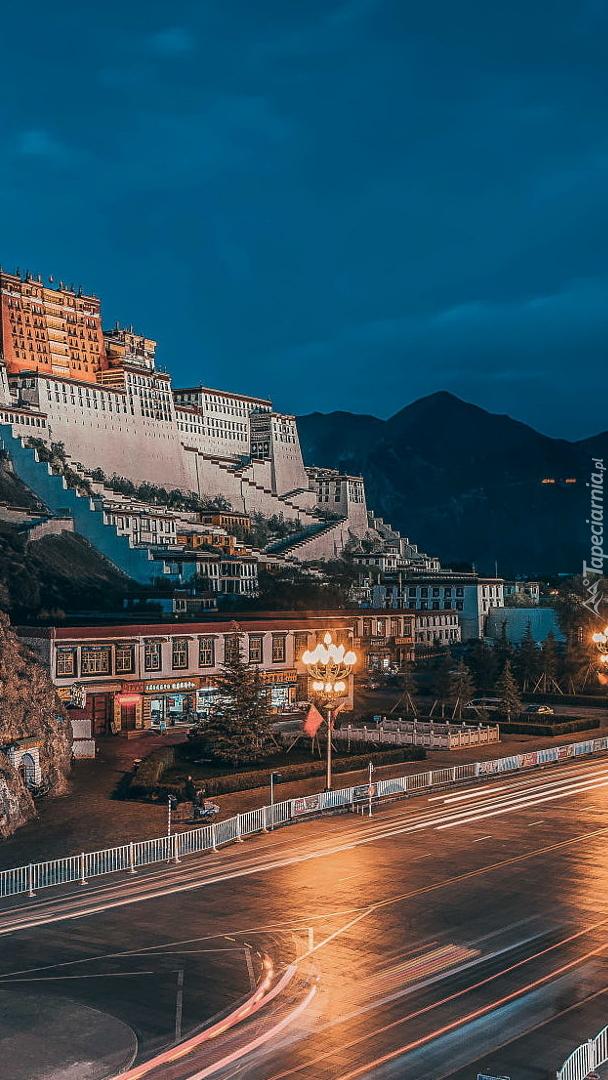 Pałac Potala na wzgórzu w Dharamsala