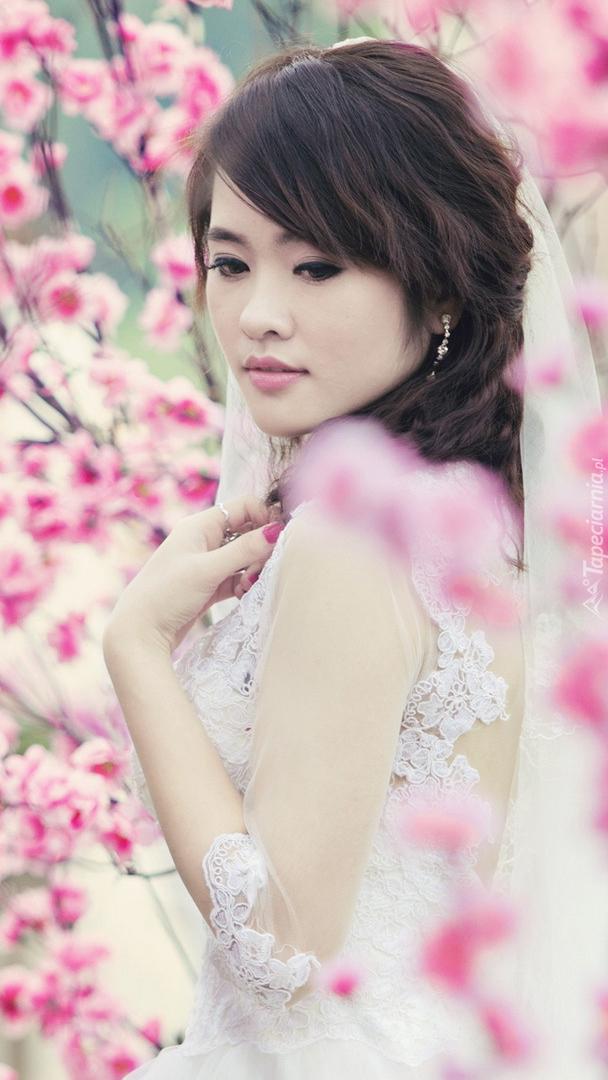 Panna młoda w kwiatach wiśni