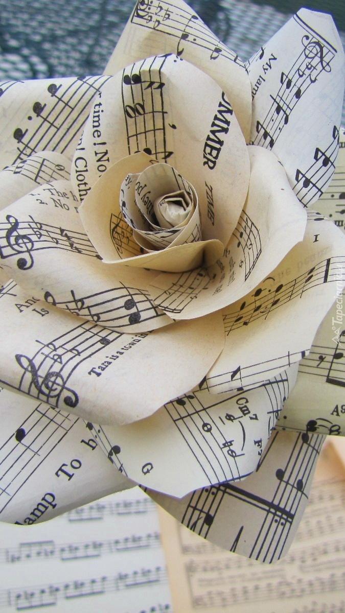 Papierowa róża z nut