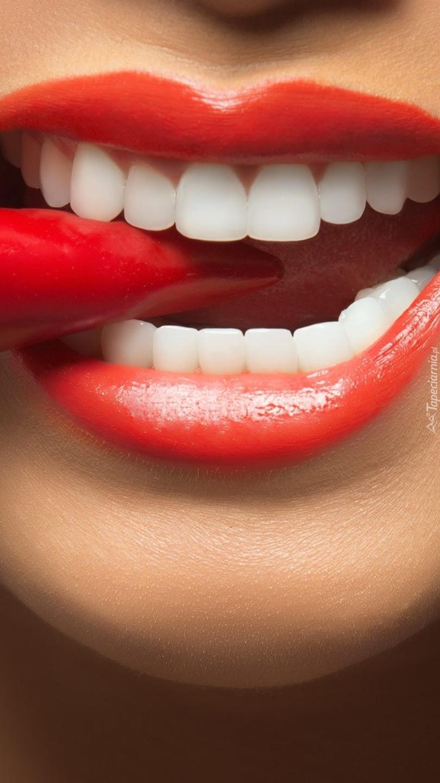 Papryka chili w kobiecych ustach