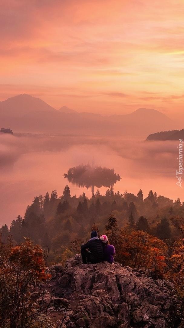 Para na skale z widokiem na jezioro Bled