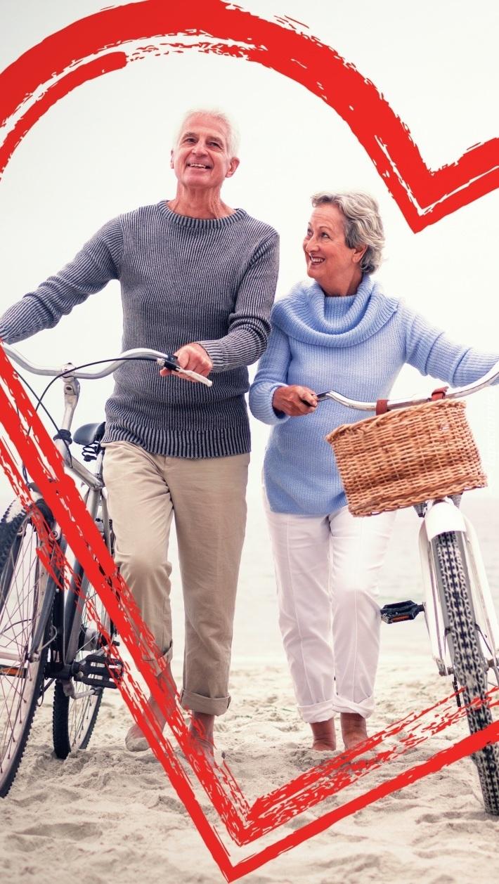 Para z rowerami na plaży